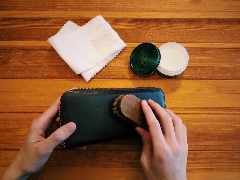 革財布をブラシで磨くことで艶が増す