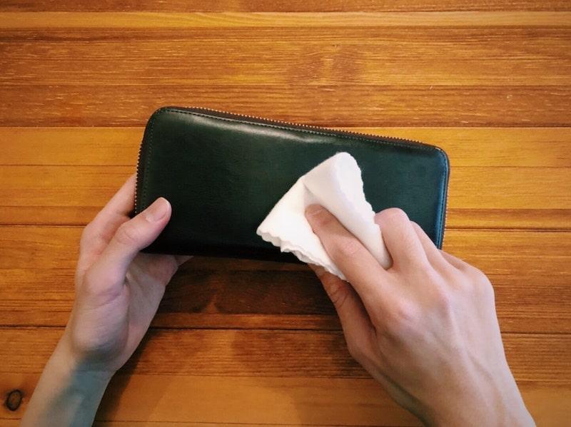 革財布を手入れ後に乾拭きしている様子
