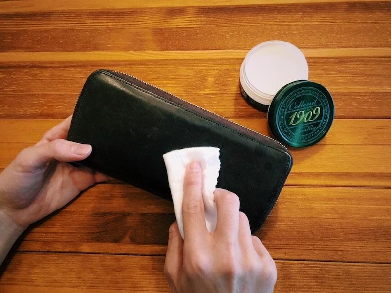 革財布にクリームを塗り込んでいる様子