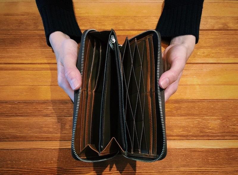 革財布の手入れ前には中身を全て出す