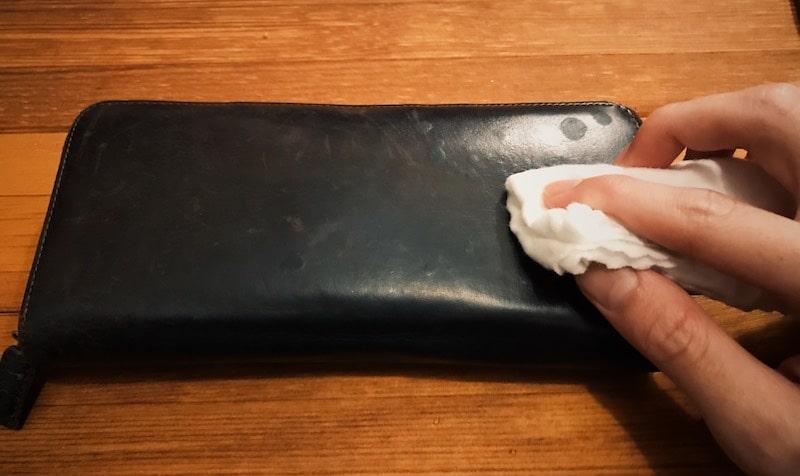 革財布の水シミの周辺を濡れタオルで濡らす
