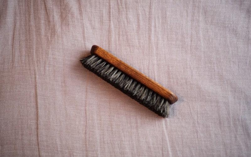 革財布のホコリを掃き落とす馬毛ブラシ