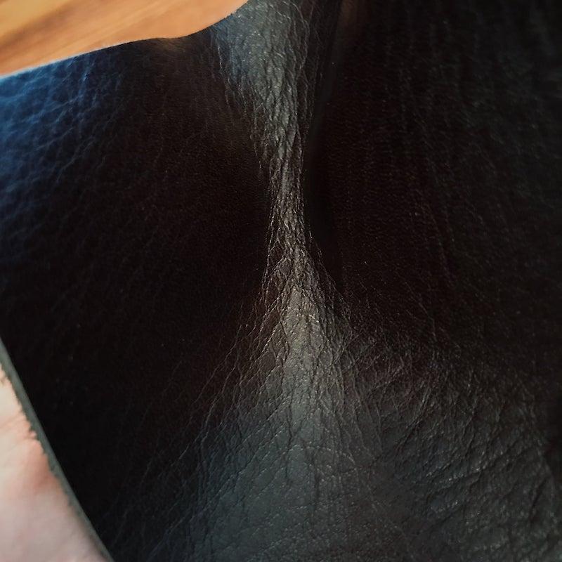 本革は折り曲げても表面の樹脂が浮き上がらない