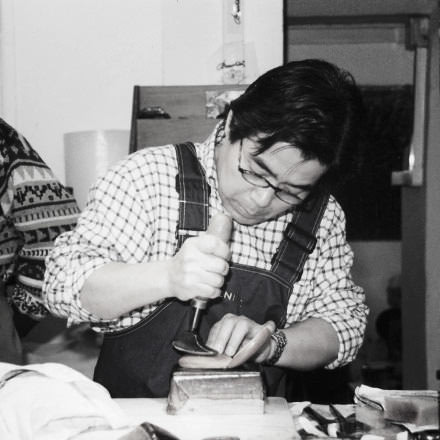 ガンゾの革職人「鎌田」さんが革製品を手がけているところ