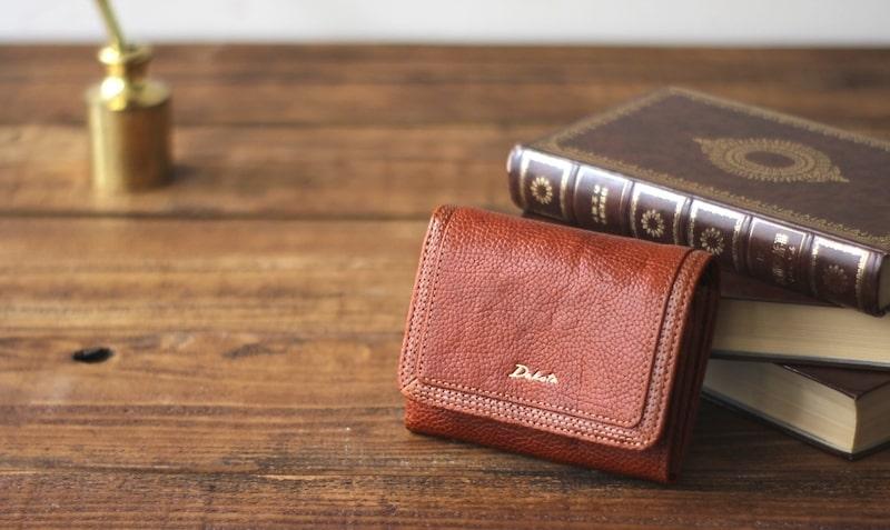 ダコタのレディース二つ折り財布は天然レザーが特徴