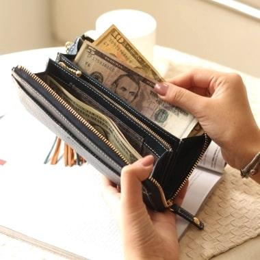 ダコタの長財布を使っている様子