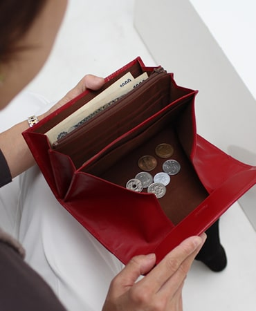 濱野皮革工藝のレディース長財布はギャルソンタイプで小銭が取りやすい