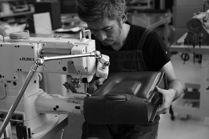 土屋鞄製造所は1965年にランドセル作りからスタートした革製品ブランド