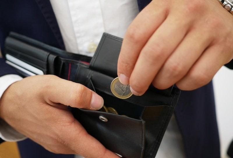 革財布の小銭入れ内部の硬貨による汚れの落とし方