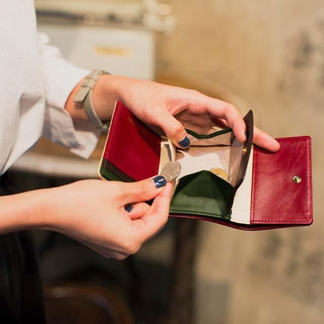joggoの三つ折り財布を使っているところ