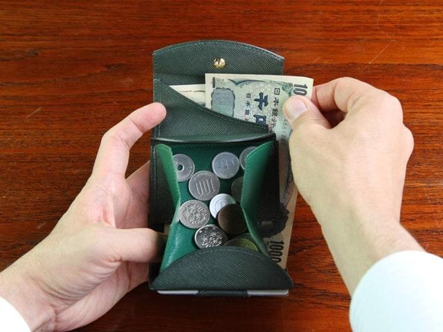 カルトラーレのミニ財布を使っているところ
