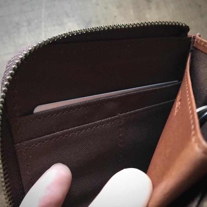 sliceのコンパクト財布のカード入れはそこが深い