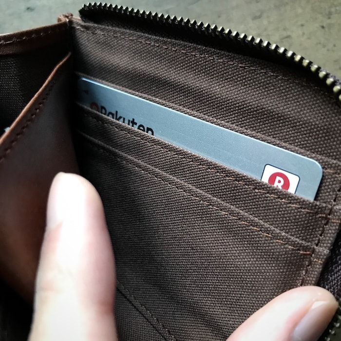 sliceのコンパクト財布のカード入れにカードを入れたところ
