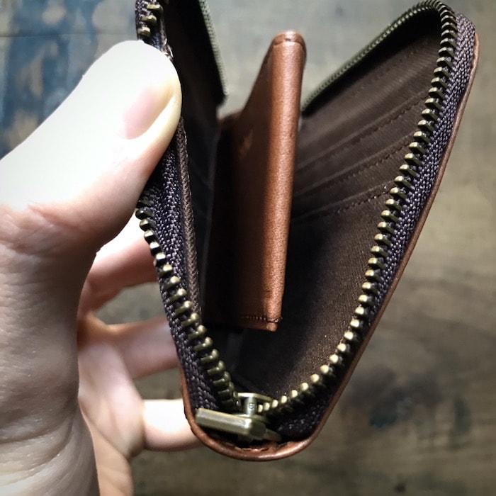 sliceのコンパクト財布の小銭入れは底上げされている