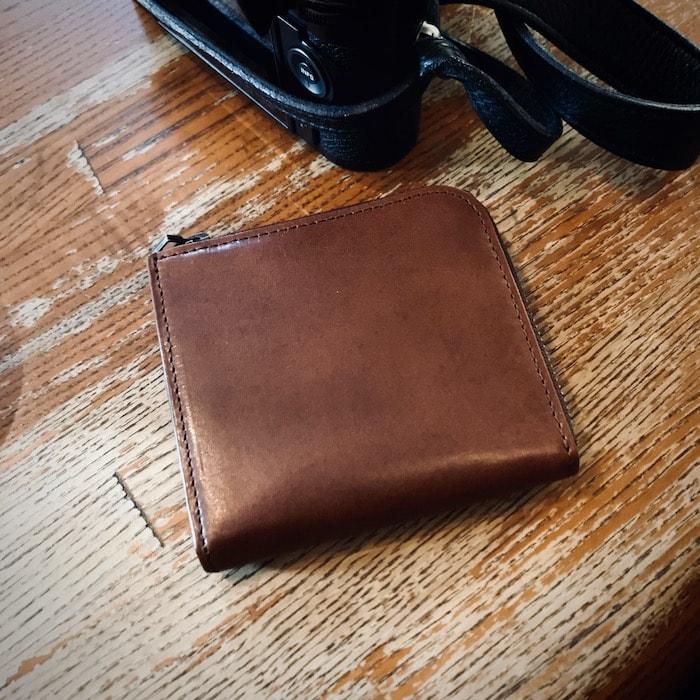 sliceのコンパクト財布を使っている様子
