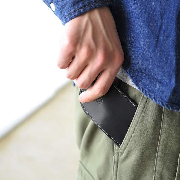 グレンロイヤルのメンズキーケースはポケットにも収まるサイズ