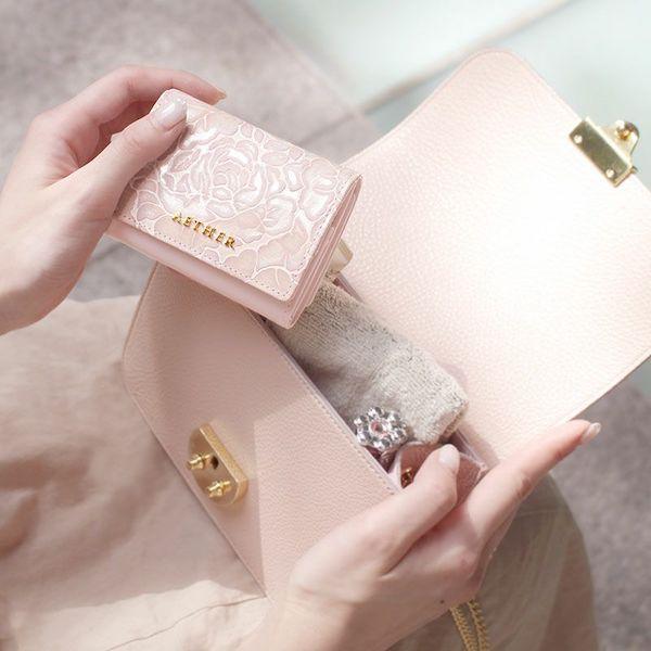 エーテルのレディースミニ財布はポシェットにも入るサイズ感