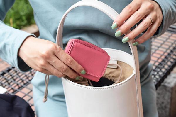 ハレルヤのレディースミニ財布を使っている様子