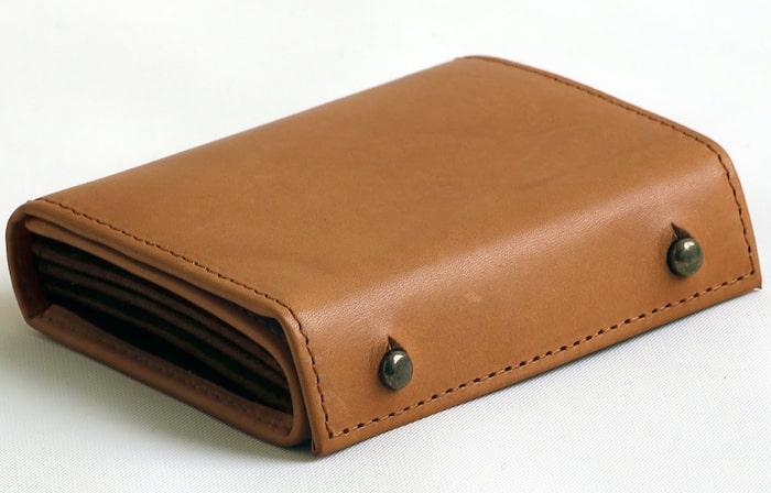 エムピウの革財布は畳むとコンパクト