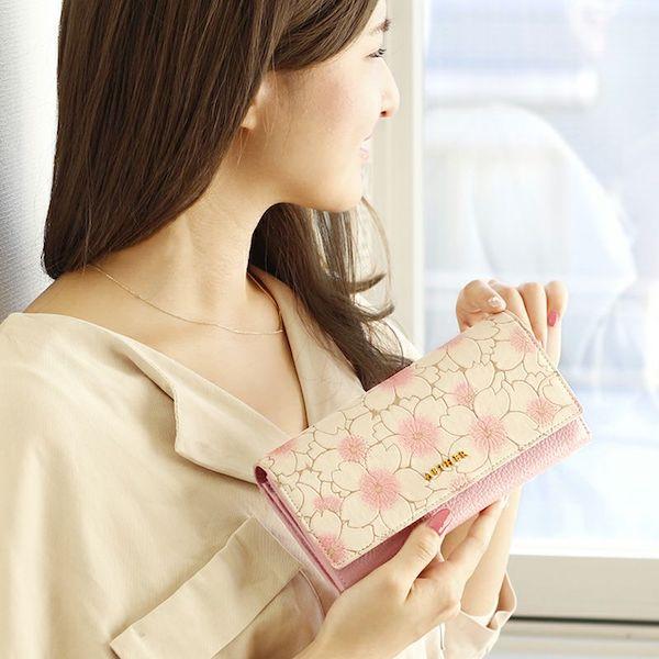 エーテルのサクラ長財布を使っているイメージ