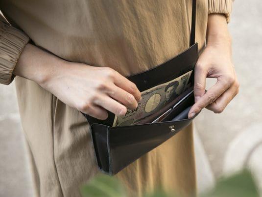mercredinの2万円台レディース財布を使っているところ
