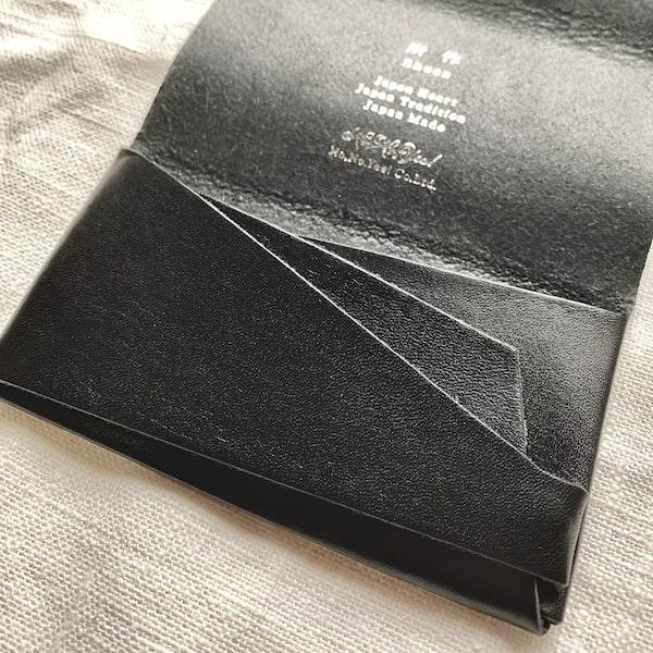 一枚革で仕立てる独創的なデザイン性