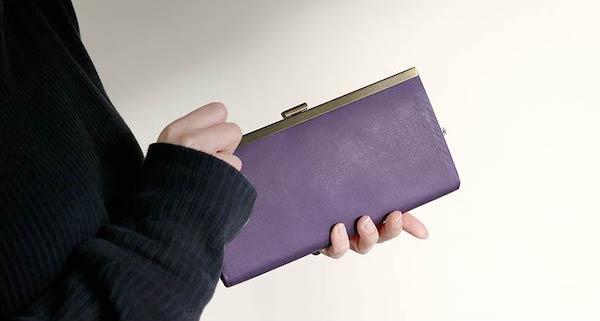 あやの小路のレディースがま口財布を持っている様子