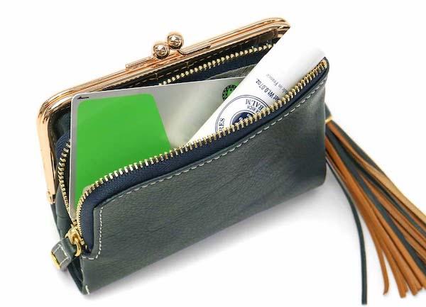 ダコタのレディースがま口財布の外付けファスナーの様子