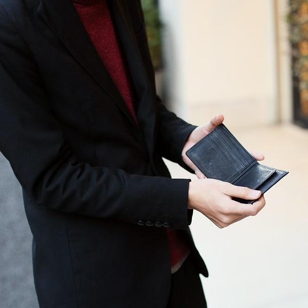 sotのメンズ二つ折り財布を使っている様子