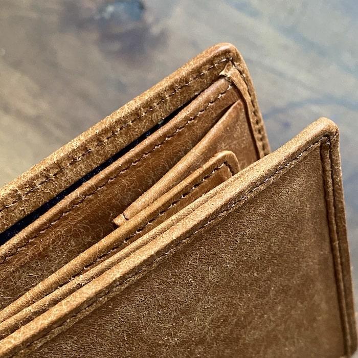 sotプエブロ二つ折り財布のコバの様子