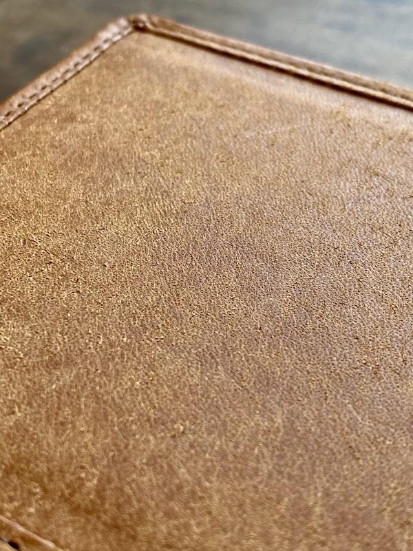 sotプエブロ二つ折り財布の革の質感