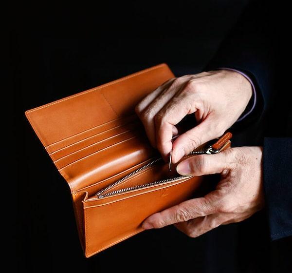 土屋鞄製造所のコードバン長財布で会計している
