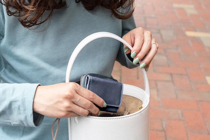 ハレルヤの三つ折り革財布を使っているところ