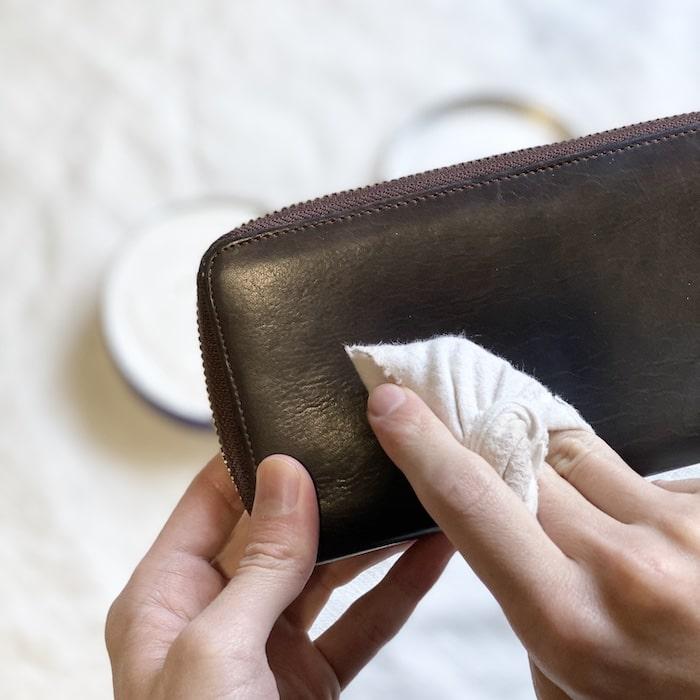 ニベアを革財布に塗っているところ