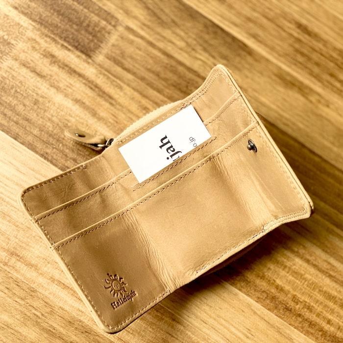 ハレルヤ「tinyミニ財布」にカードを入れた様子