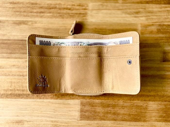 ハレルヤ「tinyミニ財布」にお札を入れた様子