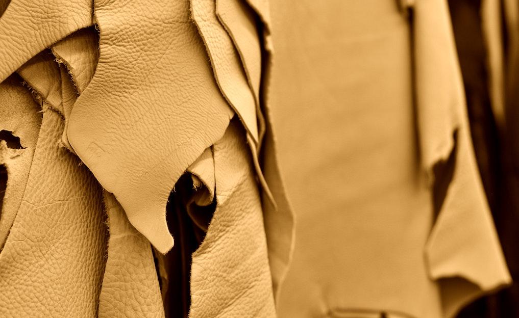 革を「鞣す(なめす)」とは?なめしの種類や工程を解説