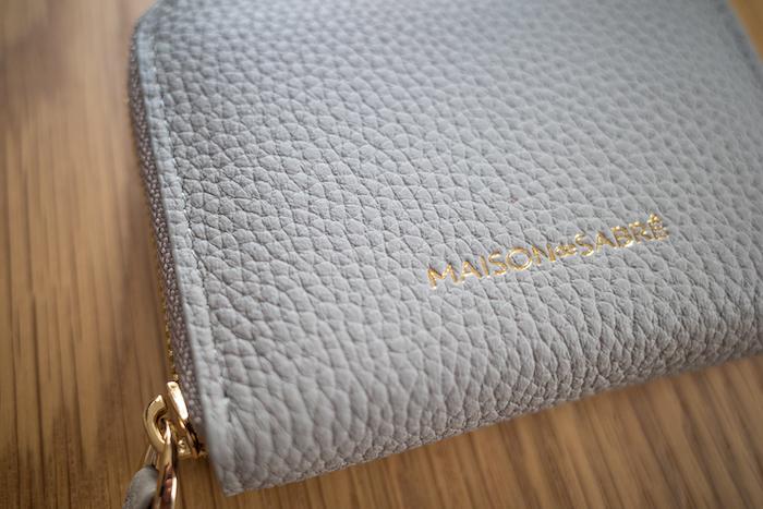 エゾンドサブレのミニ財布はシボのある本革を使用
